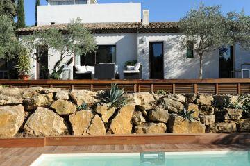 Réalisé sur un terrain constitué de plusieurs terrasse la maison domine cette piscine sportive et l'enrochement naturel lui apporte un charme indéniable.