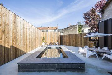 Posée et conçue comme un meuble extérieur, cette piscine rompt avec les idées reçues et les habitudes pour un parti pris tendance.