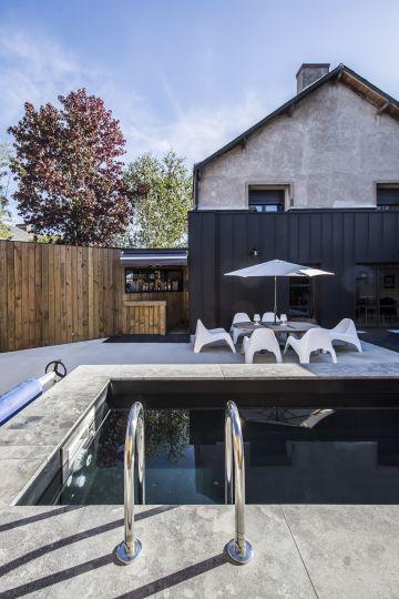La piscine est située dans une petite cour intérieure de centre ville et vient s'intégrer parfaitement à l'environnement design existant.
