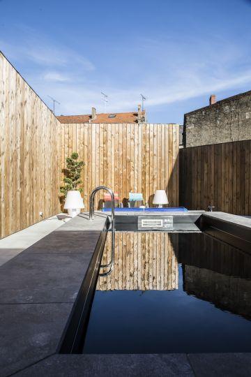 Des lignes droites, un parti pris de semi-enterrer la piscine assumé, un liner noir comme une volonté de penser la piscine autrement, comme un meuble design dans la cour.