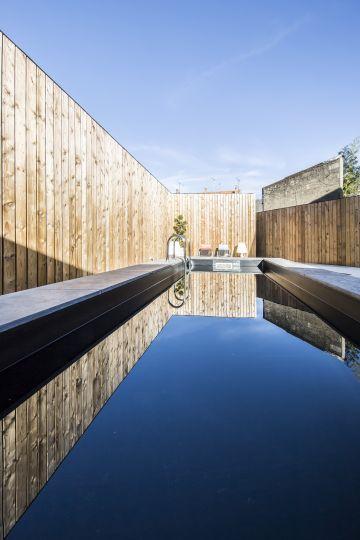 Un couloir de nage citadin, une intégration moderne, urbaine et tout en longueur, une vision contemporaine de la piscine, la vision de Piscinelle.
