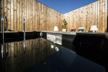 La Piscinelle Iki - couloir de nage xs suréquipé - bénéficie ici de la technologie du MF5 breveté Piscinelle en inox 316L, un modèle de gestion de l'eau et de durabilité.