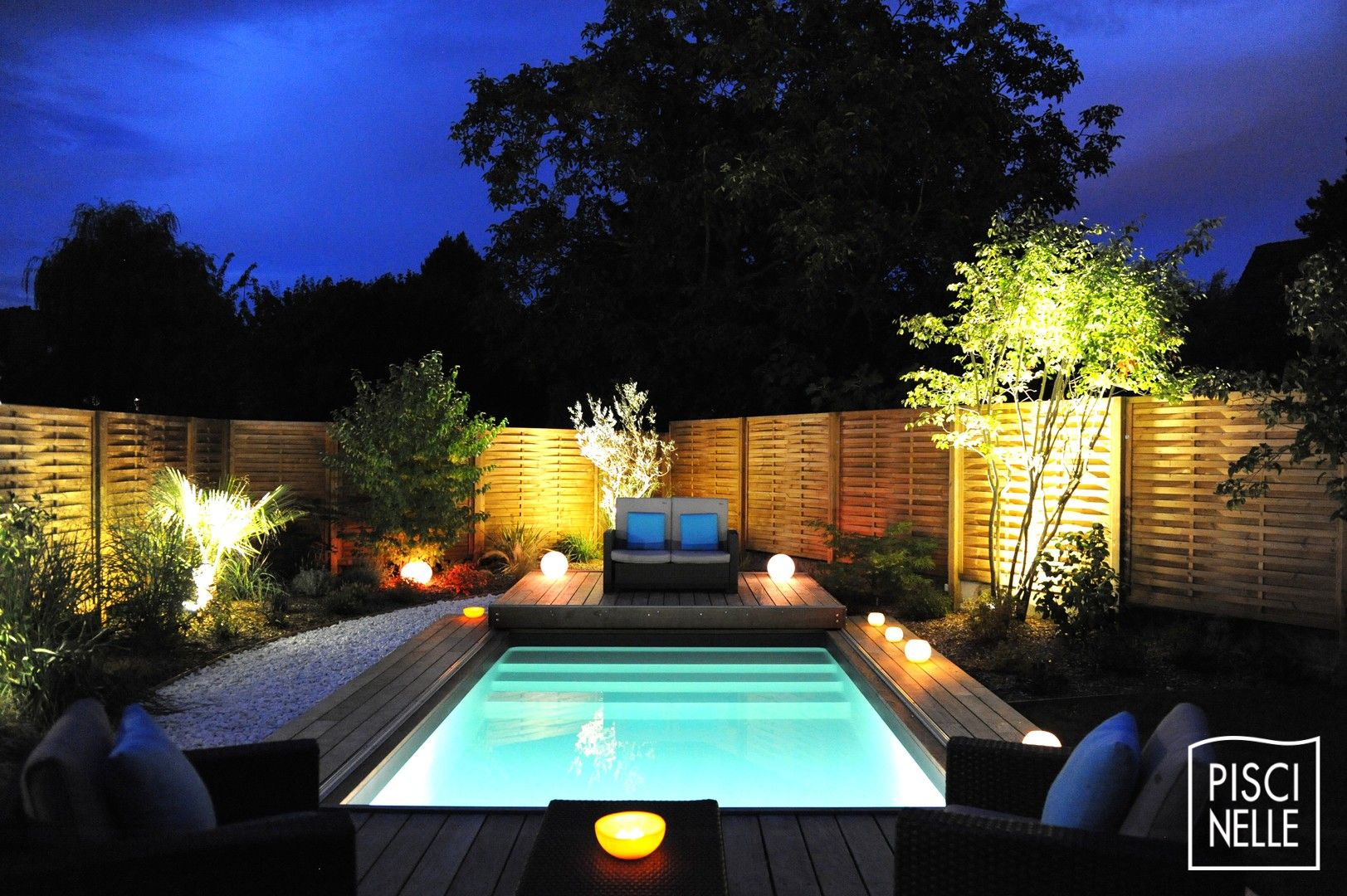 Une petite piscine de nuit avec terrasse mobile en 2 parties