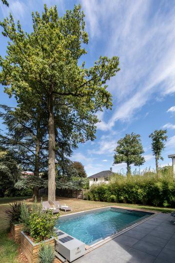 Le ciel, l'arbre, le bleu de la piscine...composition de tableau qui invite à se jeter à l'eau !