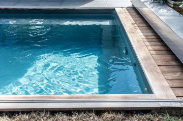 La surface de l'eau cristalline est un des plaisirs inquantifiable qu'apporte la piscine.