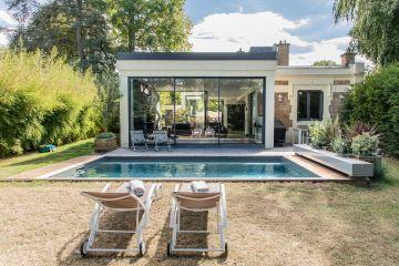 L'extension de la maison est toute en transparence et fait comme une réponse au volume d'eau à ses pieds.