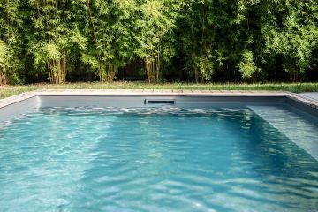 Les pièces-à-sceller de la piscine sont du même gris ardoise que le liner pour une intégration parfaite et tout en discrétion.