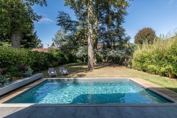 Le liner gris ardoise donne une tonalité plus proche d'un bassin naturel à la piscine et permet des harmonies de couleurs dans le jardin tout au long des saisons.
