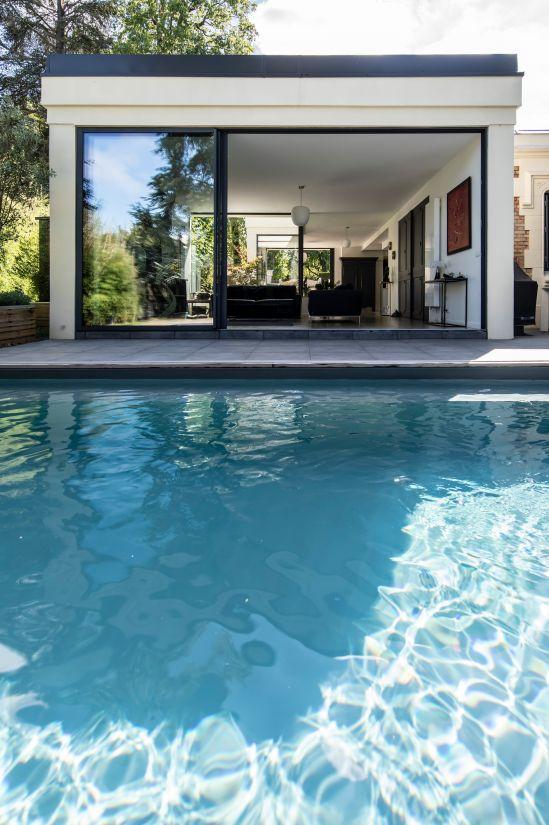 L'extension de la maison est contemporaine, rigoureuse dans ses formes et ses exigences, la Piscinelle est son parfait prolongement au jardin.
