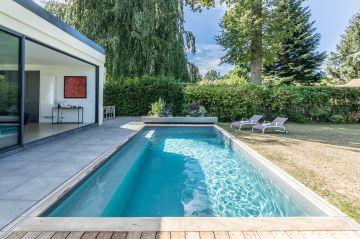 La piscine comme promesse de bien-être c'est aussi la possibilité de nager à la maison, l'Escabanc sur le côté ne perturbera pas les longueurs.