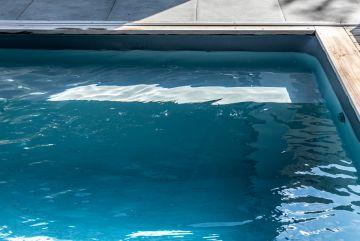 L'Escabanc sur-mesure permet d'accéder facilement à la baignade et de profiter des rayons du soleil en étant à moitié immergé.