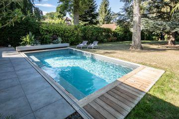 Minimaliste, la terrasse en ipé permet de loger le Coverseal® dans ses positions ouverte ou fermée.