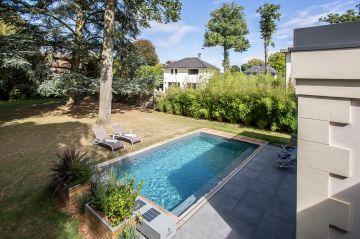Le jardin et la piscine font de cette maison un petit havre de paix où les longues journées d'été sont si agréables à passer.