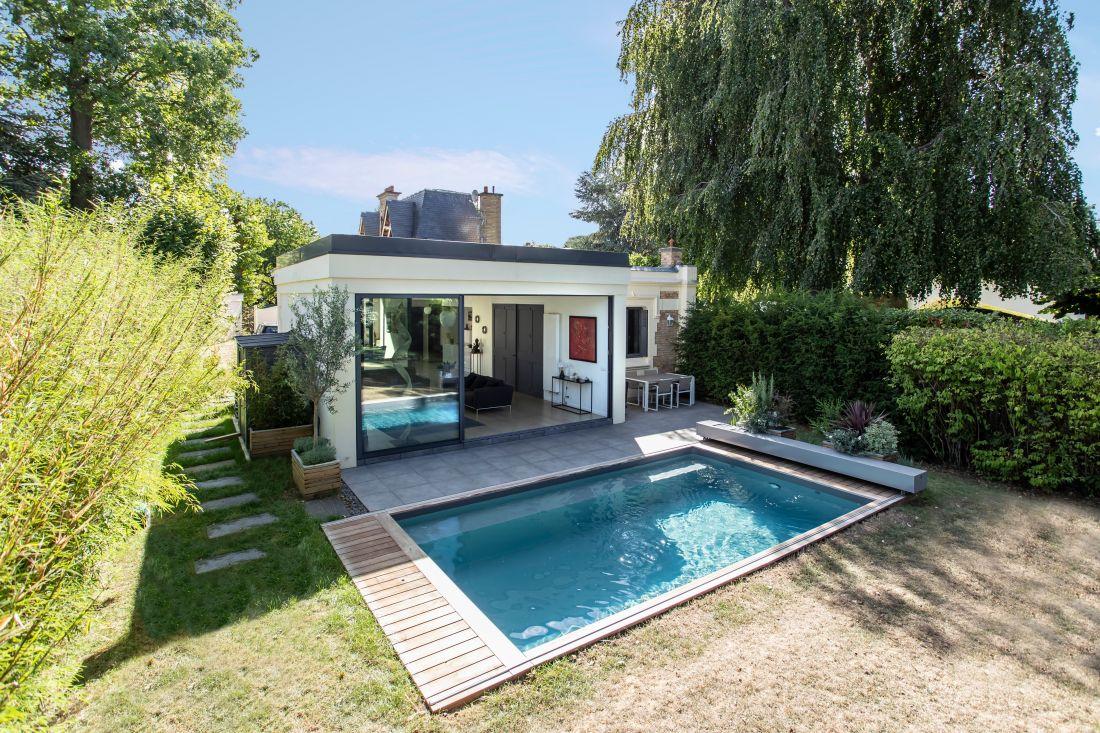 La piscine est positionnée juste devant le salon de la maison et fait comme une oasis au cœur de l'été.