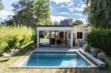 Un espace piscine très soigné, proche de l'évidence, la réalisation conjugue praticité et intégration comme un modèle du genre.