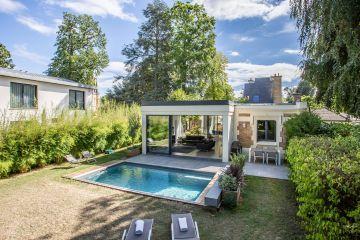 Cette maison d'exception qui allie modernité et tradition est le cadre idéal de la vie quotidienne pour ce foyer de région parisienne.
