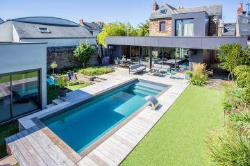 La piscine a été réalisée sur-mesure pour trouver la bonne harmonie par rapport aux dimensions du terrain.
