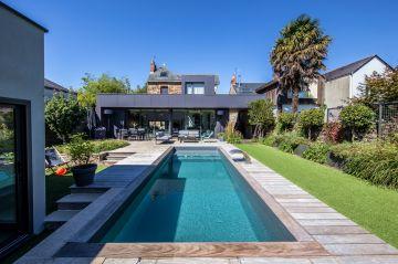 La piscine est l'élément centrale de ce jardin, nouvelle pièce de la maison à l'extérieur.