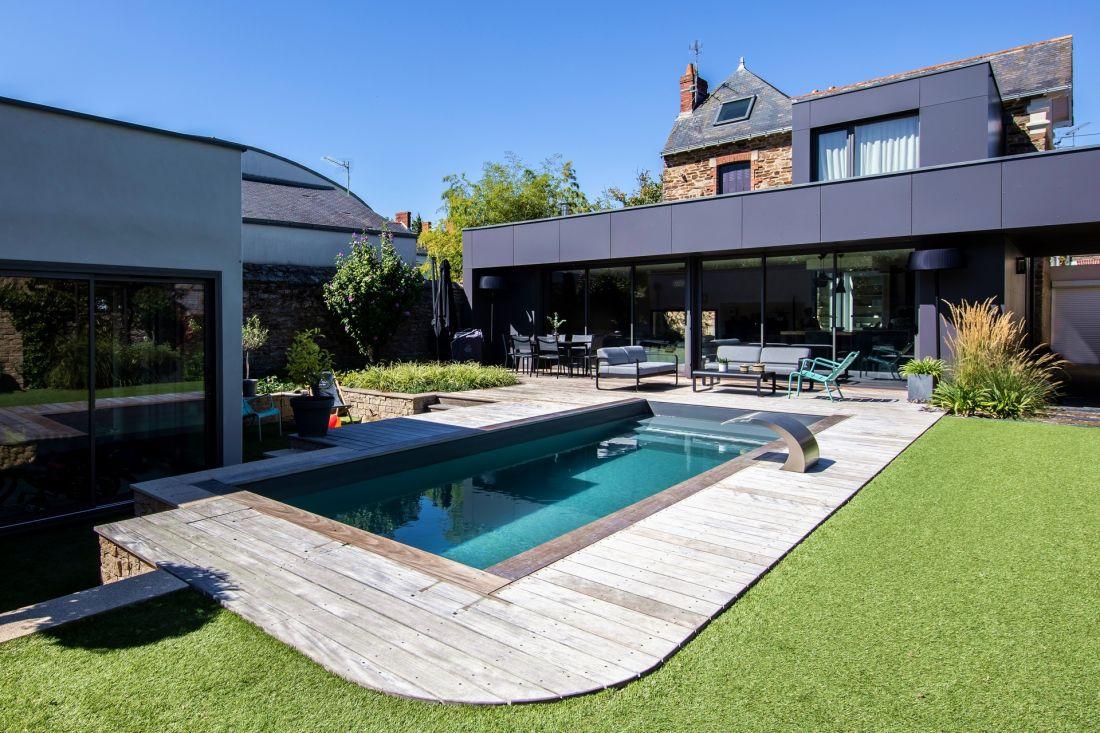 La piscine est la pièce maîtresse de cette réhabilitation de maison de centre-ville.