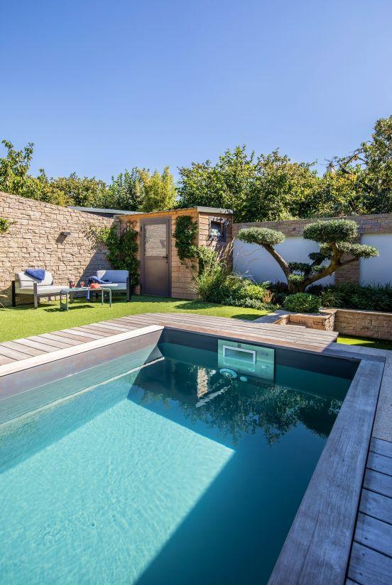 Au bout de la piscine un arbre taillé comme un grand bonsaï apporte de la majesté et de la sérénité à l'ensemble.