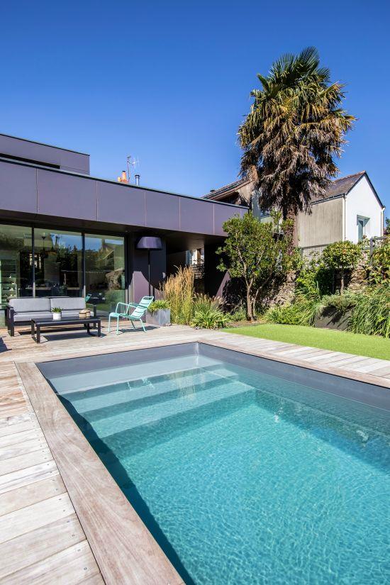 La piscine dispose d'un Escabanc droit 3 marches avec une plage immergée permettant la détente au soleil en même temps que l'accès et la sortie du bassin.