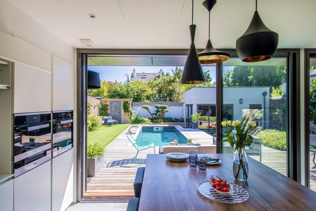 La piscine est traitée comme une pièce à part entière de la maison. Elle apporte un sentiment de vacances et de détente jusqu'à l'intérieure...