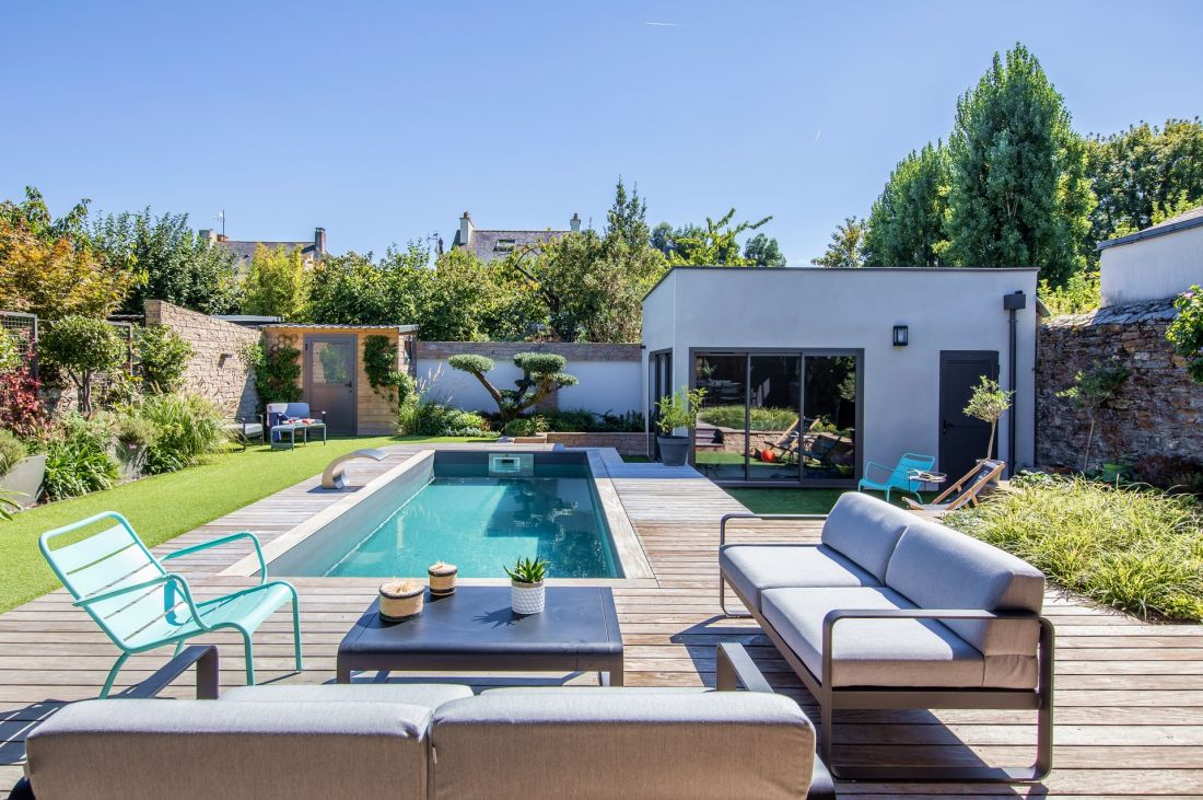 Le salon de jardin Fermob répond aux tonalités des couleurs de la piscine : gris pour le liner, aqua pour l'eau.