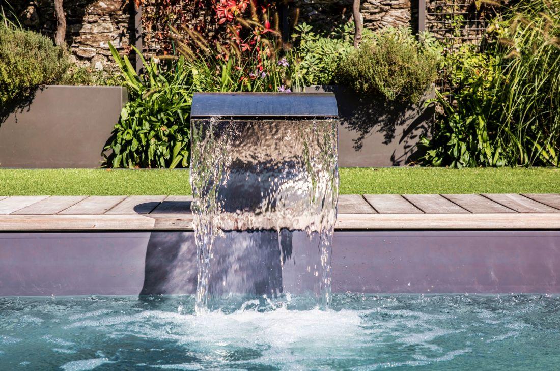 La lame d'eau en inox Piscinelle apporte un esprit déco à la piscine.