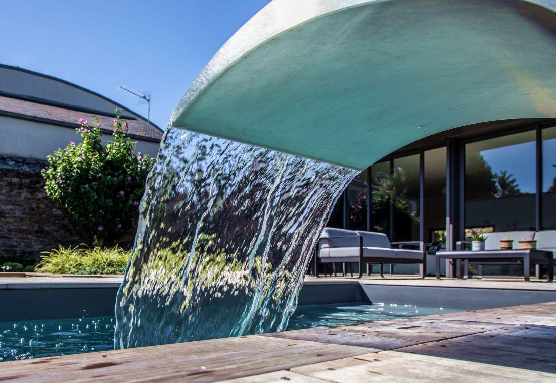 L'inox, l'eau, le bois... des matériaux nobles pour une intégration au design intemporel.