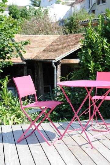 Une touche de mobilier d'extérieur rose comme incident graphique garant de la modernité de l'ensemble.