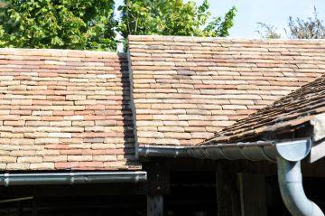 Les toits des granges en contrebas sont fait dans la plus pure tradition locale et respectent un savoir-faire de qualité.