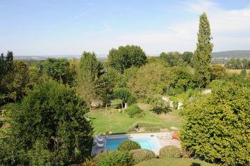 Depuis la maison la piscine sait se faire discrète et s'efface devant une nature présente de toute éternité.