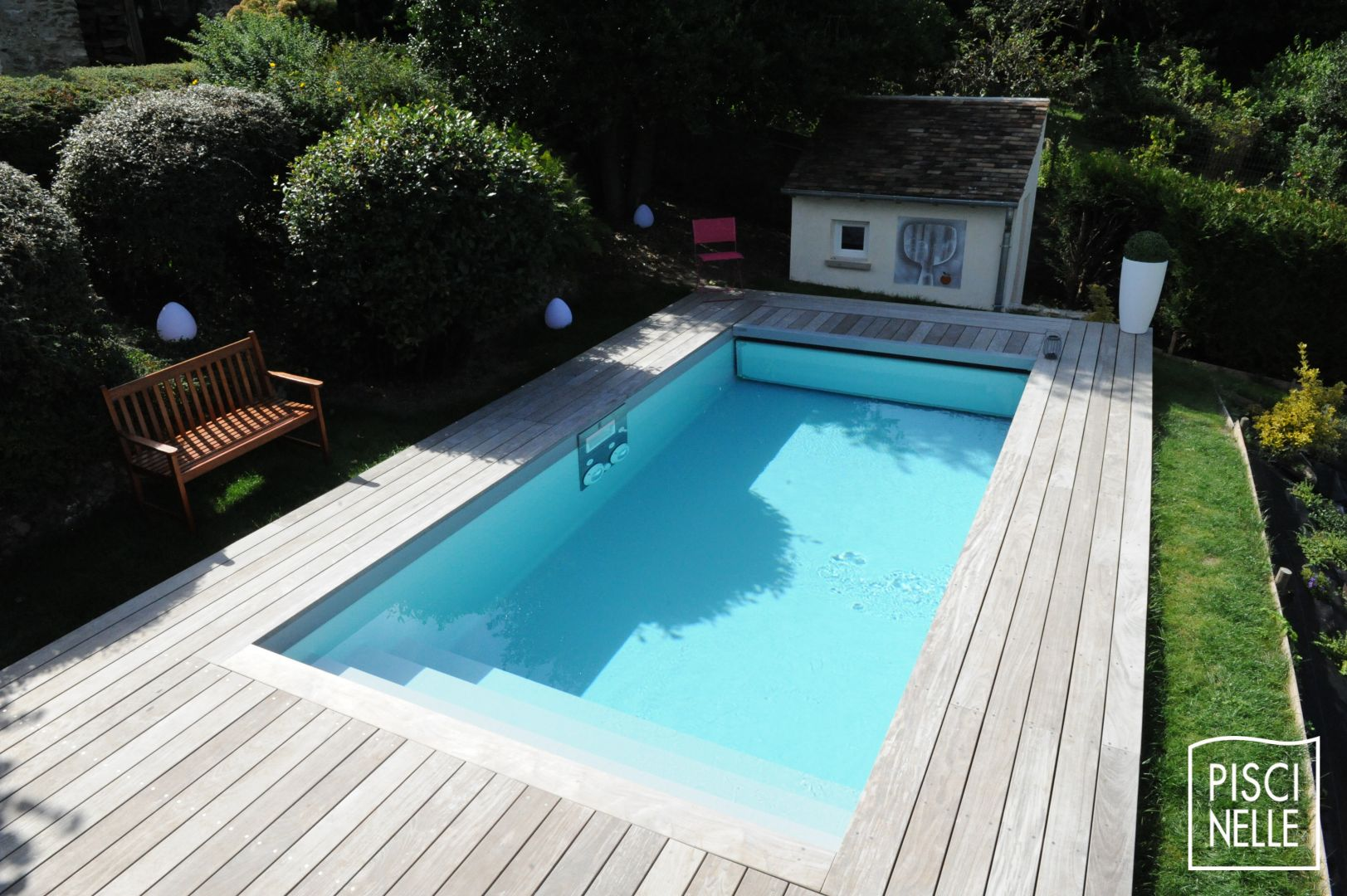 Petite piscine design rectangulaire conviviale for Piscine celestine 7