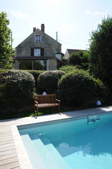 La maison est située en amont sur le terrain occupant la terrasse supérieure. L'espace piscine est volontairement séparer de la maison pour créer deux ambiances distinctes.