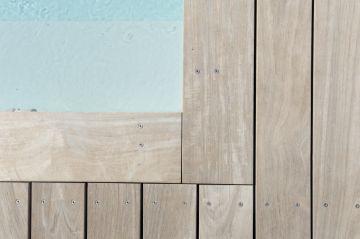 La piscine est équipée de margelles ipé design plus Piscinelle. Elles permettent de souligner élégamment les contours de la piscine comme un cadre ceint une belle oeuvre.