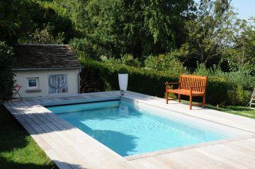Quelques éléments très simples permettent de structurer les abords de la piscine pour un design épuré.