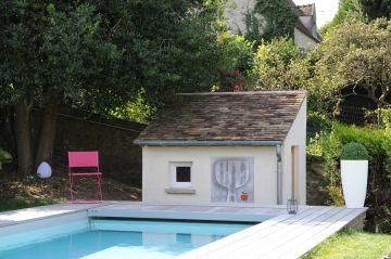 Le local technique a été installée dans la petite maison maçonnée et construite en même temps que la piscine.