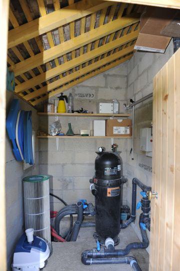 Le local technique du client est simple et complet. Des tuyaux de pré-équipement ont été passés en prévision d'une installation ultérieure de nouvelles options (par exemple une nage à contre-courant).