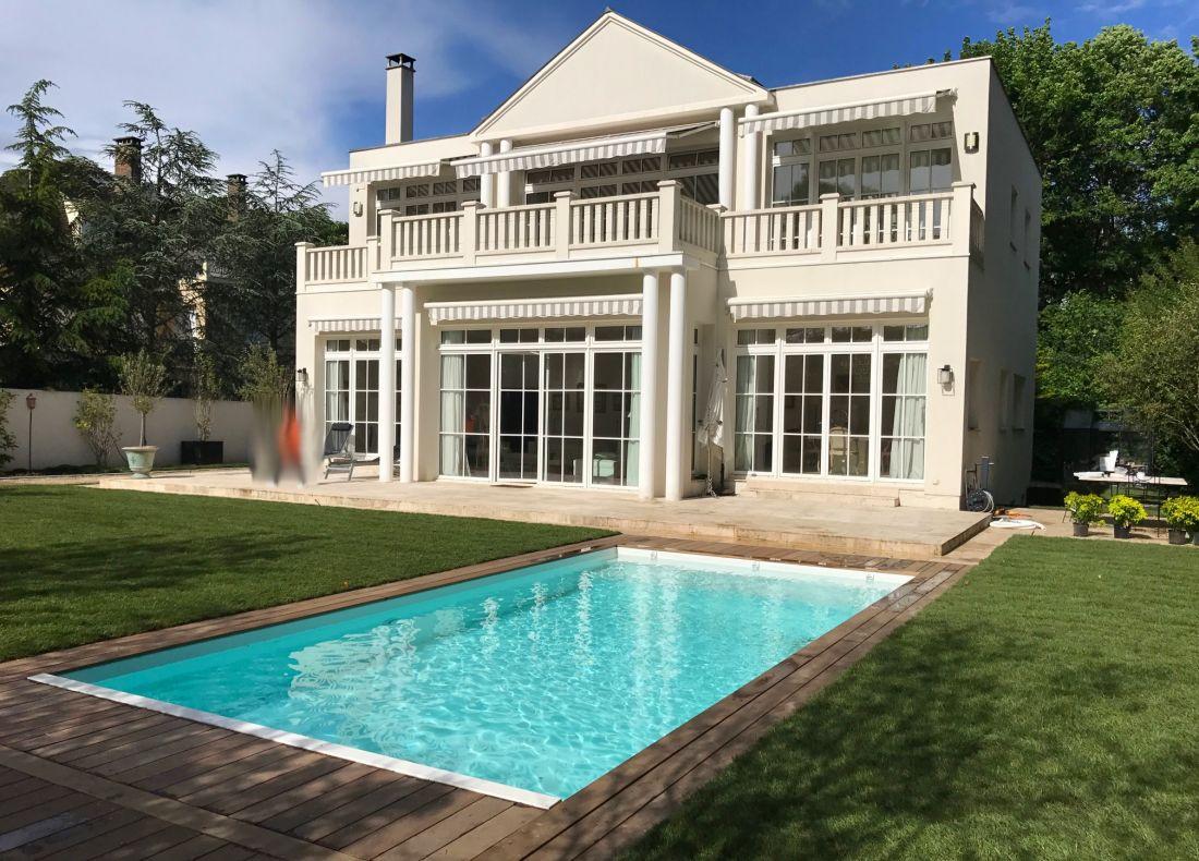 L'implantation de la piscine est fidèle à ce qui avait été imaginé... pour une réussite en toute sérénité.
