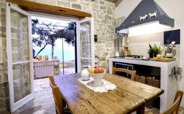 La cuisine est ouverte sur l'extérieur et donne déjà un sentiment de vacances.