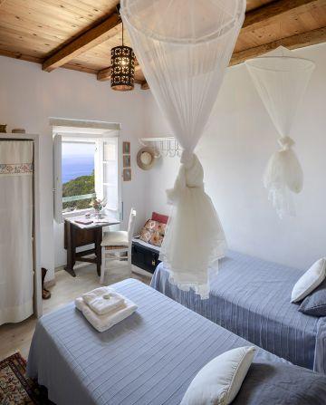 Une des chambres de la maison Zoe Paxos... un appel au calme et une invitation au voyage.