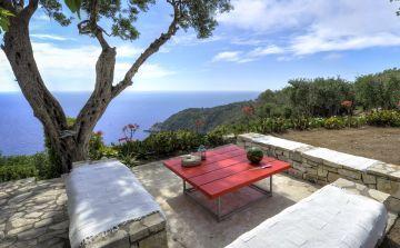 Une table, une chaise, une bouteille et l'ami qui va avec... l'art de vivre relève de l'appréciation des choses simples.