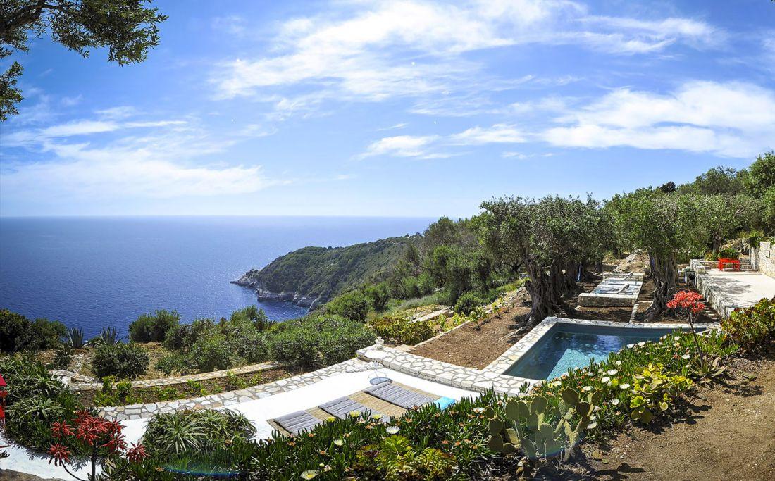 Sur un terrain en pente entre une oliveraie et la mer ionique, la Piscinelle est installée en partie hors du sol.