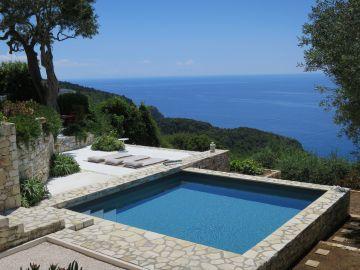 Le carré bleu de la piscine répond à la mer plus bas et sa structure hors-sol donne l'impression qu'elle se jette vers l'horizon.