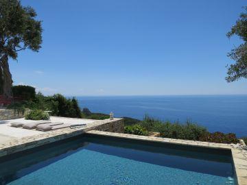 Le liner gris ardoise de la piscine offre des tons profonds et des nuances subtiles qui contraste avec le blanc de pierres environnantes.
