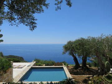 La piscine est gérée hors-sol pour une parfaite intégration entre la maison surélevée et le terrain en contrebas. Les lignes épurées du carrée bleu cintré d'une large margelle de pierre blanche jouent la carte de la simplicité dans un décor touchant déjà à l'incroyable.