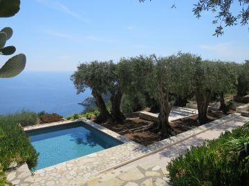 La piscine carrée avec cette vue imprenable sur la mer est bordée d'une oliveraie centenaire.