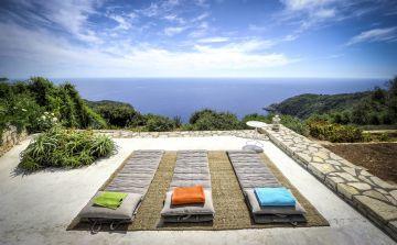 Pour se détendre au bord de la piscine, simplement trois petits matelas face à l'immensité de la mer Méditerranée.