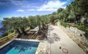 A côté de la piscine carrée un terrain de pétanque qui apporte une nouvelle convivialité en fin d'après-midi.