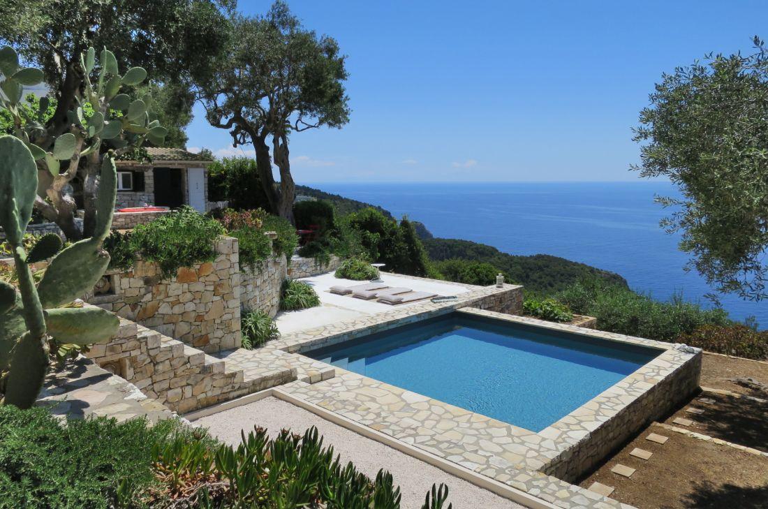 A l'étranger, sur une île grecque, cette Piscinelle est une respiration pour les yeux du visiteur et une invitation au voyage.